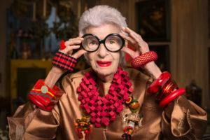 c8c8dda28ec9c Aos 96 anos, Iris Apfel continua mostrando seu estilo com suas enormes  armações ...